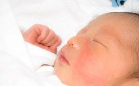 赤ちゃんが泣かないし寝てばかり。障害や自閉症の場合もあるって本当?